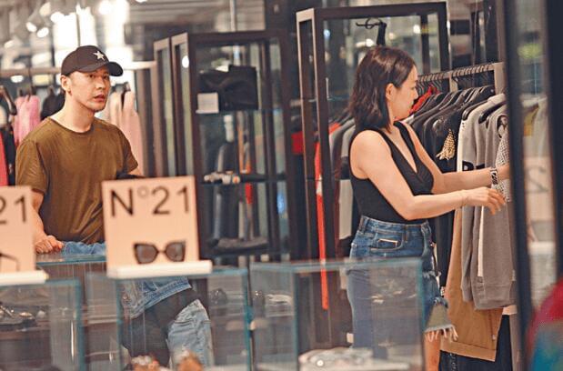 钟丽缇香港豪购两日 和老公当街搂抱十分甜蜜