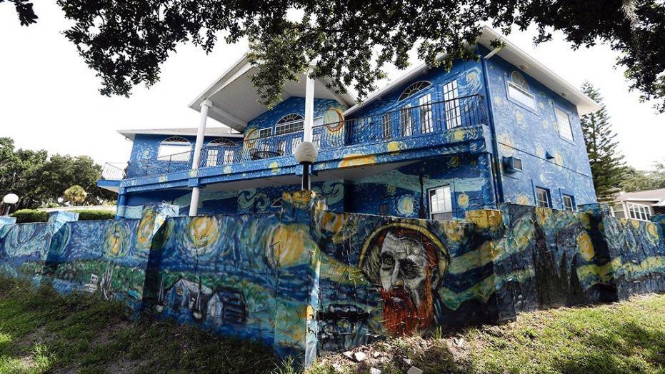 夫妇为自闭症儿子把房子画成这样 遭市政传讯