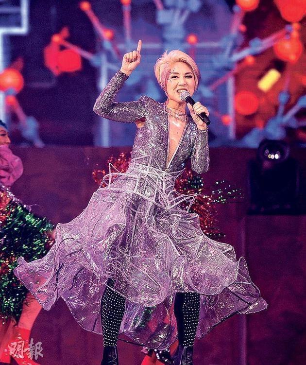 杨千嬅一身银色Deep V低胸连身裙型格登场,为演唱会揭开序幕。