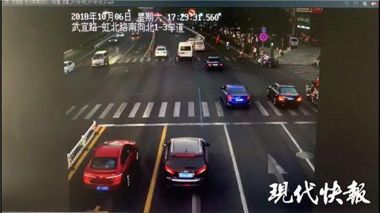 私家车交警眼皮底下闯红灯 交警没处罚还一路护送