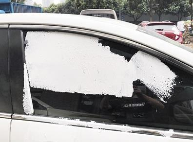 被孩子们用腻子粉涂刷的车辆。 警方供图