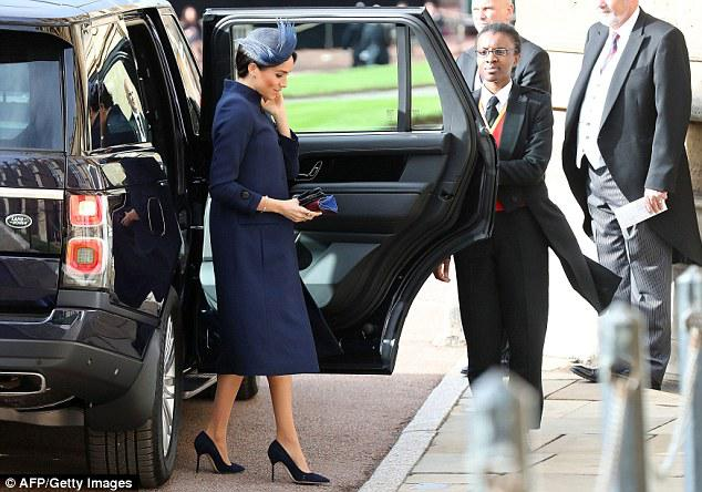 英王妃梅根疑怀孕用文件夹遮挡腹部 网友沸腾了