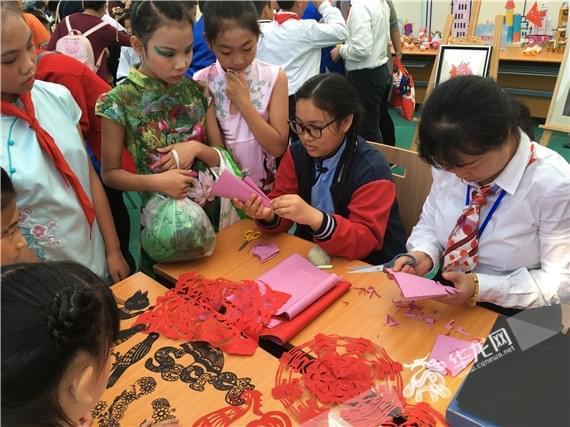 VR眼镜、电子机床齐亮相 重庆滨江实验学校体艺科技周热闹多