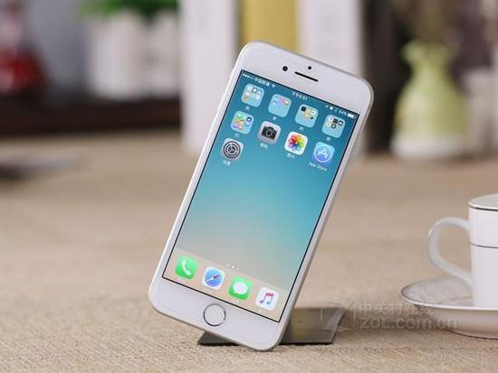 图为:苹果iPhone7 正面 关于iphone7的主屏幕按钮,采用的是先进的固态按钮式设计,不仅坚固耐用、响应灵敏,而且支持3D Touch力度感应,可以配合新的Taptic Engine,在你按压时提供精准的触觉反馈,还可进行个性化定制。而Touch ID功能则采用先进的指纹识别传感器,快捷识别,让你轻松安全地解锁iphone。