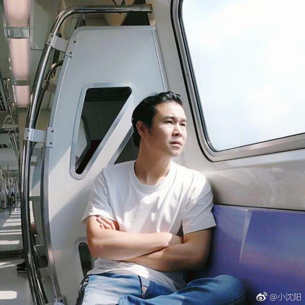 居然可以看外景!小沈阳晒人生第一次坐地铁照