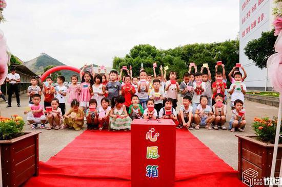 学生们走过红地毯后,每个人还写下心愿投进心愿箱。
