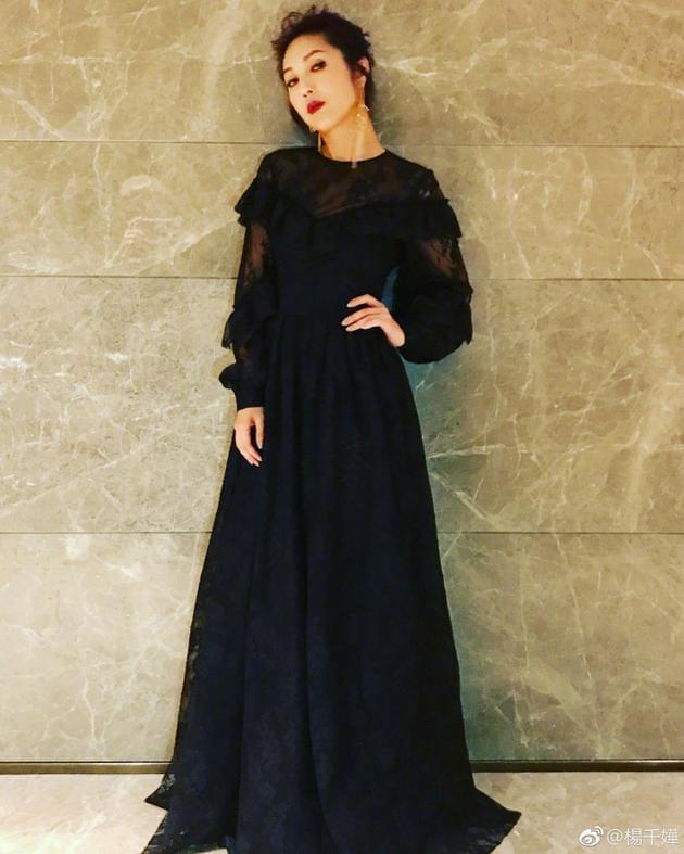 杨千嬅穿黑色席地蕾丝长裙 昂起下巴尽显女王范儿