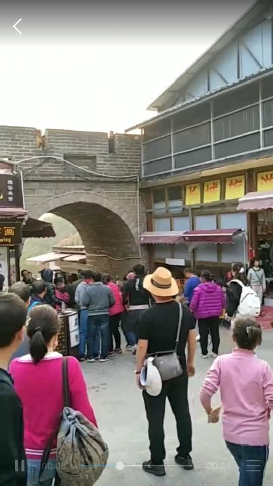 八达岭长城保洁员劝阻扔垃圾 遭数名游客围殴辱骂