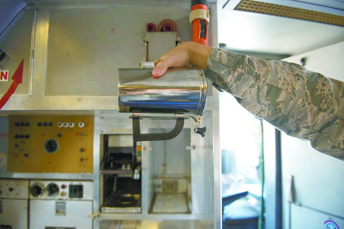 一个咖啡杯花费上千美元?!美国空军遭质问