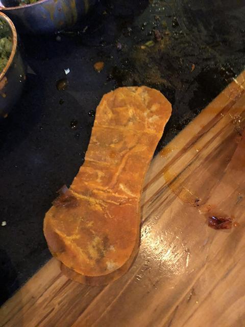 女顾客称在海底捞吃出卫生护垫 店家怀疑其碰瓷