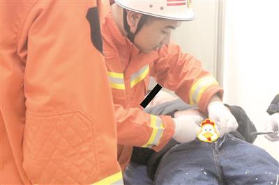 男子醉酒如厕时下体被裤链卡住 求助消防员帮解围