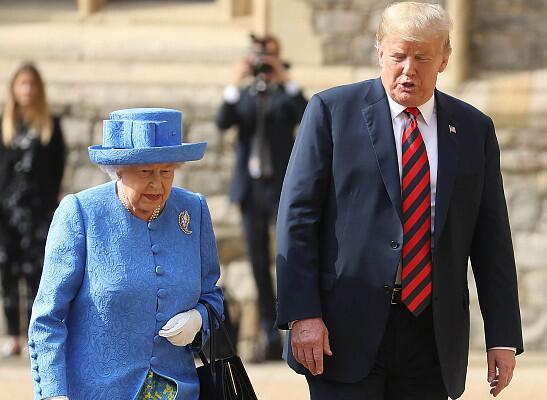 """特朗普见英女王时3次违反礼仪 网友:在""""侮辱""""女王"""