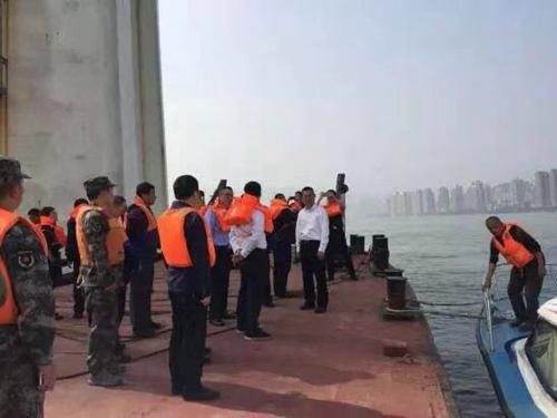交通运输部:专业打捞力量正赶往重庆公交车坠江现场