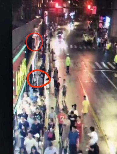 ▲事发时,张欣与友人(红圈内)正要走到店招底下 图据监控录像