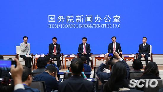 """国务院新闻办公室于11月21日举行中外记者见面会,请4位民营企业家代表围绕""""改革开放与民营经济发展""""与中外记者见面交流。 (来源:国新办)"""