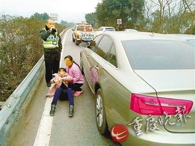 奥迪女司机在高速路超车道上突发疾病,执法人员和患者家属紧急施救。