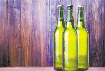 啤酒瓶为啥大多是绿色:最早是能力不行 后来是致敬传统