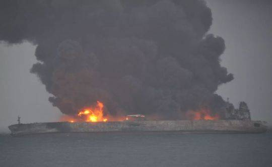长江口巴拿马籍起火油船全面爆燃 存爆炸沉没危险