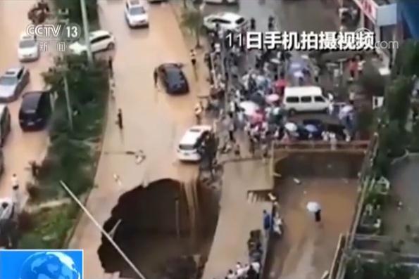 延安暴雨致路面塌陷汽车悬空 众人自发拉绳施救