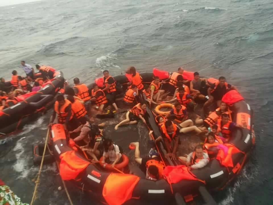 """普吉岛翻船事故遇难者""""头七"""" 沉没的""""凤凰号""""上究竟发生了什么?"""