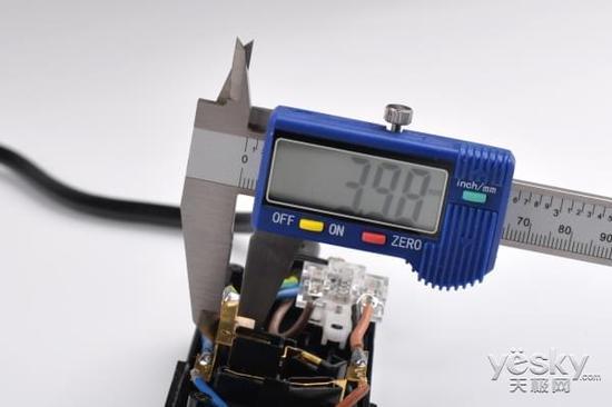 航嘉小新303插座内部铜条厚度为0.5mm 通过内部结构,我们可以看到,两者内部结构完全不同。公牛新国标B6440安全插座采用的黄铜,测试宽度为4.23mm,厚度为0.63mm,另外为了加强耐用性,还采用了加强筋设计。航嘉小新303插座的铜条宽度为3.98mm,厚度为0.5mm。值得一提的是,公牛新国标B6440安全插座内部采用了一体铜条设计,而航嘉小新303插座则是传统设计。(测量数据仅供参考)