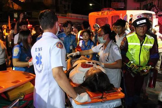 泰国普吉岛载中国游客大巴侧翻 一10岁儿童遇难