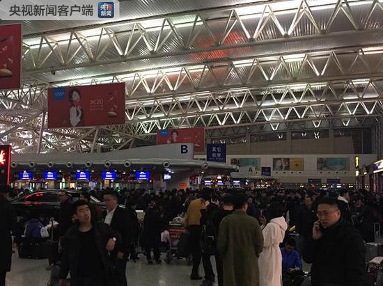 强降雪导致长春龙嘉机场暂时关闭 滞留一万三千人