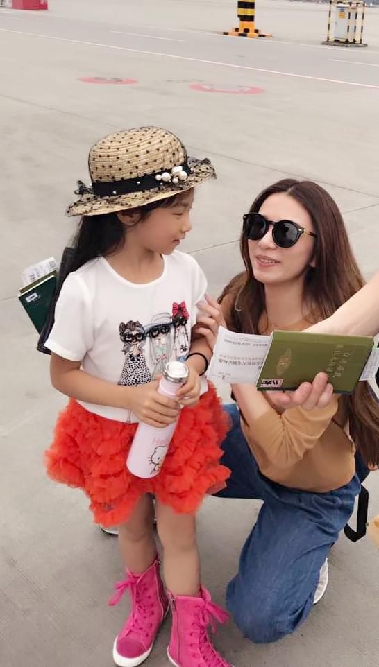 田馥甄机场偶遇童星罗诗琦大米袋子怎样做环保时装 秒变萌娃控