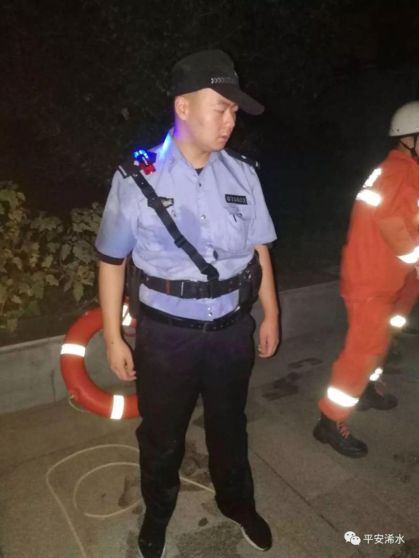 警察深夜跳河救醉酒女子 为保安全水中托举50分钟