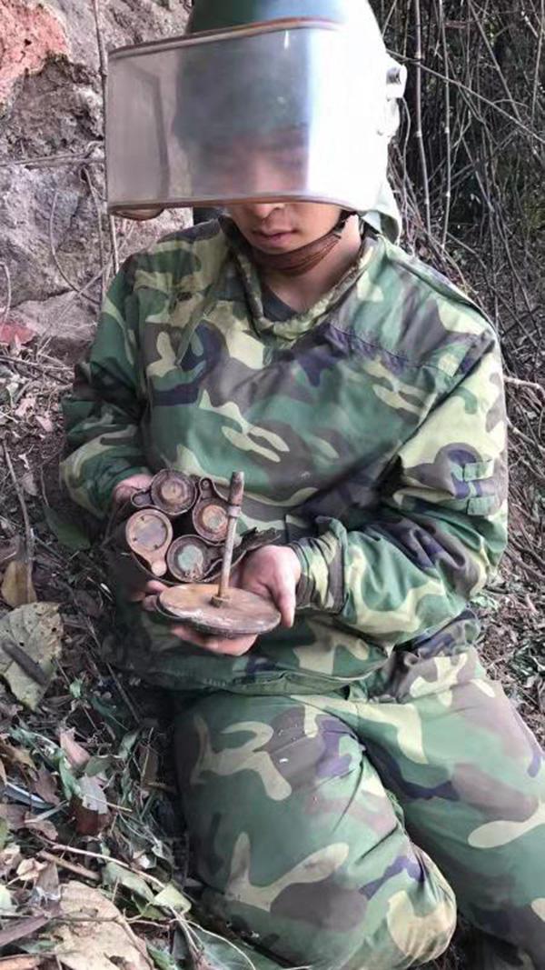 27岁扫雷战士阵地雷场搜排 突遇爆炸失去双手双眼