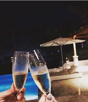 罗志祥为女友周扬清庆生 泳池边喝香槟甜蜜浪漫