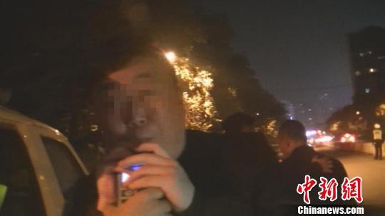 图为苏某在现场进行呼气检测。警方供图