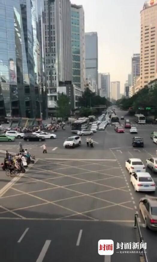 成都一车辆闹市区逆向冲撞行驶致3伤 警方正调查