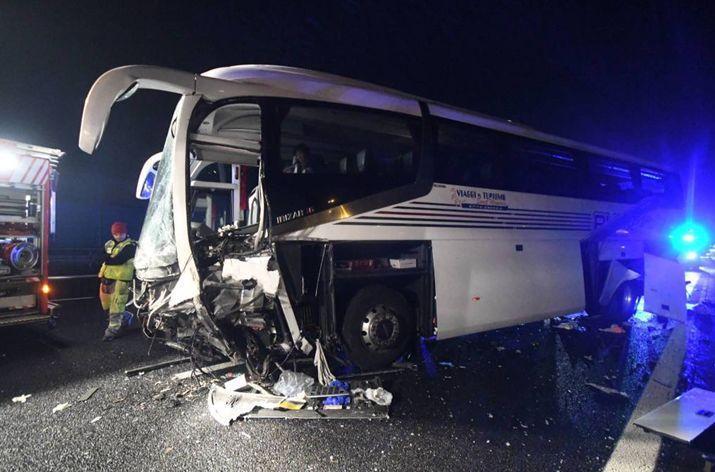 意大利载35名中国游客大巴撞上隔离带 致多人受伤