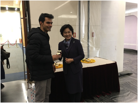 记者节当日外交部举行例会 为中外记者准备下午茶