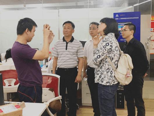 信息无障碍研究会的工程师在演示视障者如何使用互联网