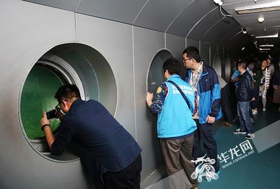 """百家网媒重庆行走进白鹤梁 记者在水下40米处探秘""""水下碑林"""""""
