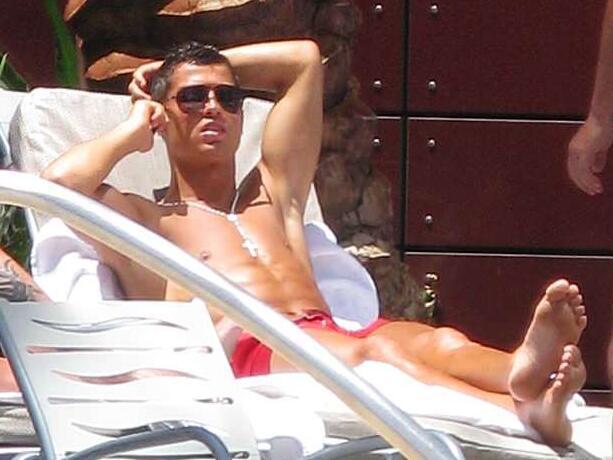 事发后第二天上午,C罗在该酒店泳池旁放松