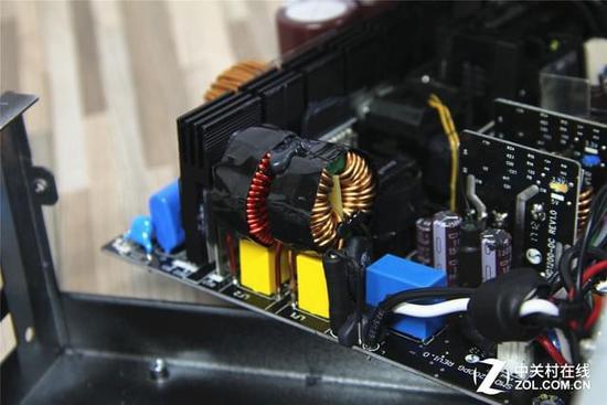 来到主电路板,电流进入二级emi滤波电路,海盗船和鑫谷都布局了两组x