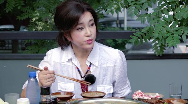 刘晓庆自曝从不减肥 录节目为老公首次下厨