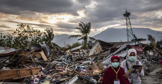 印尼地震海啸近2千具尸体从帕鲁找到 周四停止搜救