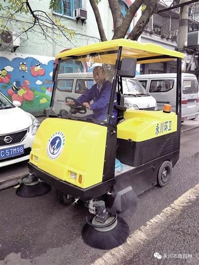 小型电动扫地车现身街头 开展主干道常态化机扫道路