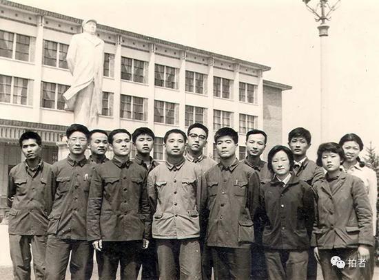 北京大学77级经济系部分同学在图书馆前合影。 受访者供图