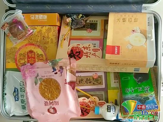 """国庆假期结束 大学生返校晒""""父母装的行李箱"""""""