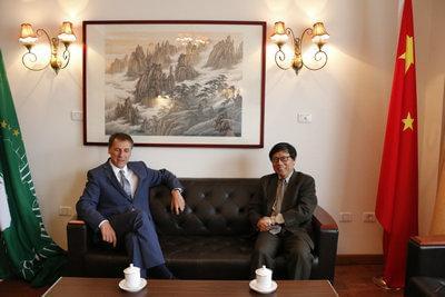 驻非盟使团团长旷伟霖大使会见红十字国际委员会主席中国事务特使白良