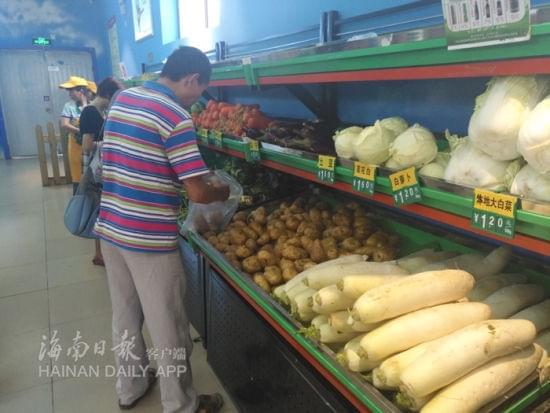位于丽晶路的菜篮子平价店市民买菜现场。南国都市报记者田春宇摄