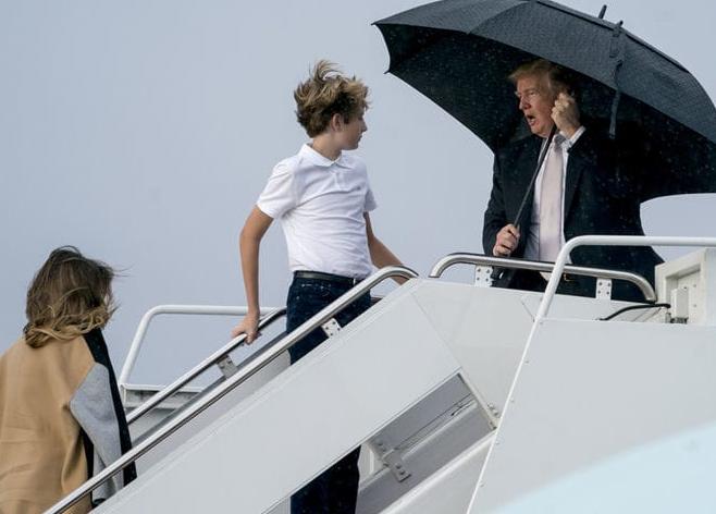 尴尬!特朗普独自撑伞接受采访 留妻子在雨中挨淋