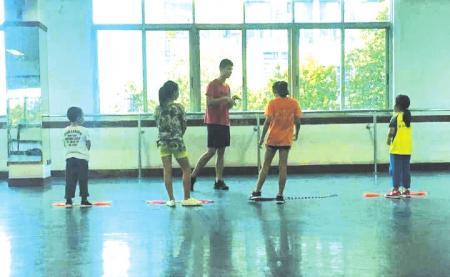 家长为让孩子评优报班学跳绳