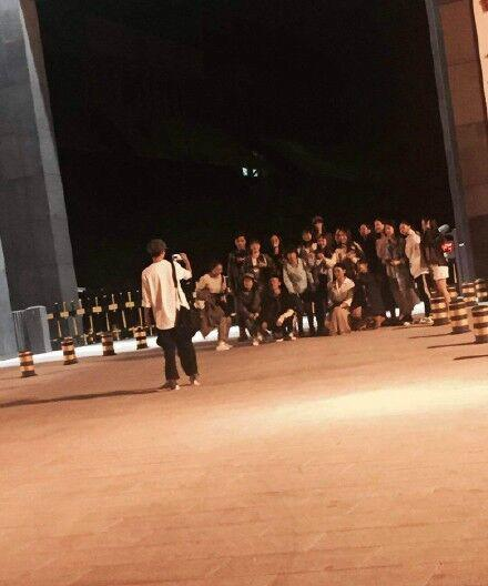 中戏学生要刘昊然帮拍集体照 网友:简直追星清流