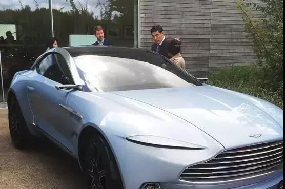 2015年,中国亿万富豪解直锟(右二)在位于英国中部的阿斯顿马丁工厂。